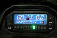 Жидкокристалическая приборная панель с чёткой индикацией данных позволяет легко считывать информацию в любую погоду, обеспечивая Вам постоянный контроль над ATV.